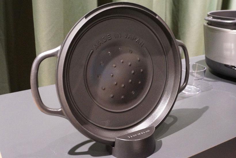 ↑鍋のフタの内側。こちらも水紋状のリブ形状を採用。ダブルリッドリングと呼んでいます。鍋の内側の水蒸気が、このダブルリッドリングと中央の突起を伝って下に落ちるため、水分が溜まって鍋底のご飯がべちゃっとすることもありません