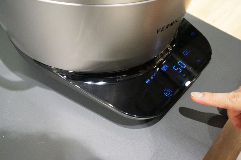 ↑本体前面の操作パネル。スマートタッチキーになっていて、その時点で操作できるボタンだけがLEDで光るようになっています。炊飯時間は、標準では浸し30分、炊飯30分の計1時間(浸し時間はカットも可能)。タイマー予約も可能です