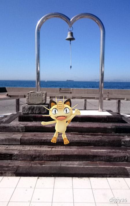 ↑金谷港名物の「恋人の鐘」。ニャースを引き連れて記念撮影してみました