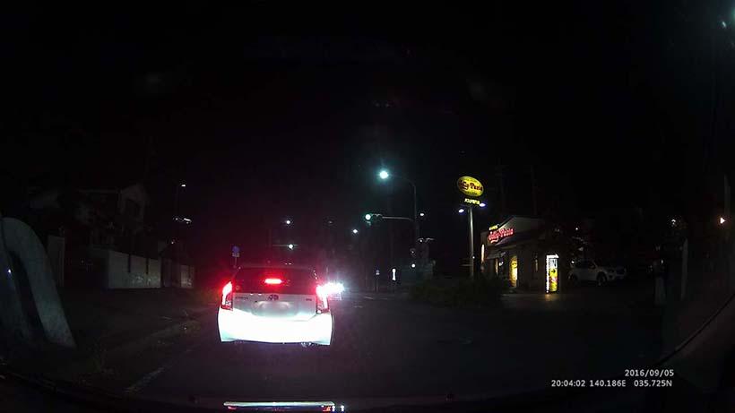 ↑夜間走行時の先行車とその周囲を捉えたカット。悪条件下でもここまでナンバーが読み取れる