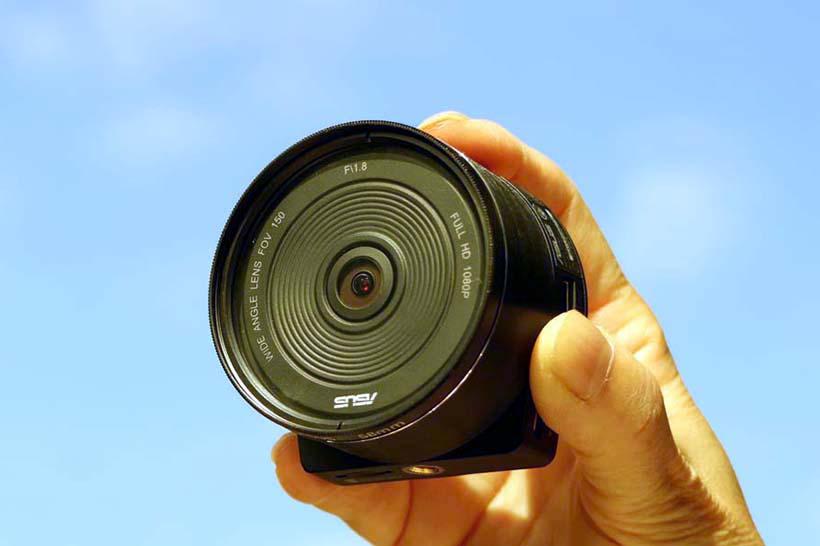 ↑本体はカメラのレンズ部だけを取り外したようなデザイン。サイズ的には少し大きめではある