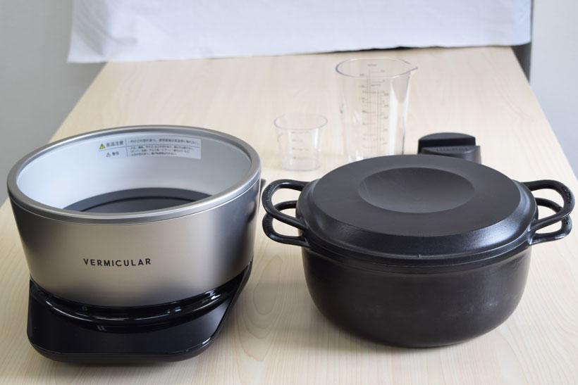 ↑バーミキュラ ライスポット(以下、ライスポット)は、バーミキュラのホーロー鍋(右)と専用のIHヒーター「ポットヒーター」(左)で構成されています