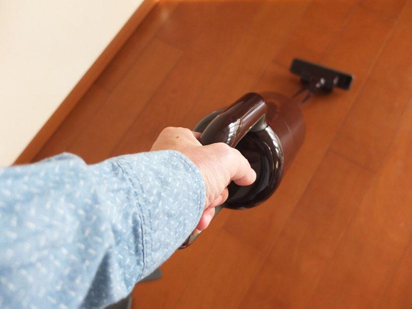 ↑掃除機の取っ手を本体に対して垂直に持てるため、押したり引いたり、横にねじったりするときに、手首に余分な負担がかからない。さらに本体が軽いので、部屋中をラクラク掃除できる