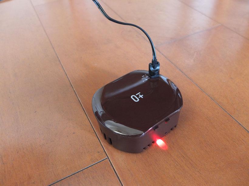 ↑バッテリーを本体から外し、電源アダプタに接続して充電。場所を選ばず、場所を取らずに充電できるのがうれしい