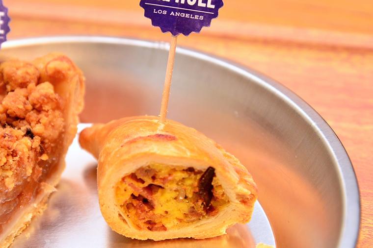 ↑ブレックファストハンドパイ。こちらは通常1個280円で、写真はレセプション用の半分サイズです。具材はベーコン、ソーセージ、チーズ、卵といった米国定番の朝食になっていておいしい!