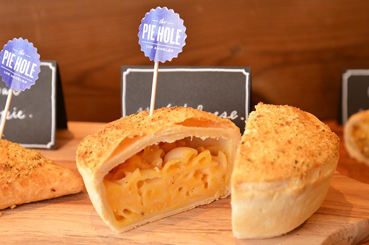 ↑マック&チーズ ホール460円(スライス230円)。チーズたっぷりのマカロニグラタンがぎっしり入ったセイボリーパイで、食べ応え満点です
