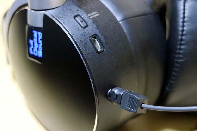 ↑光デジタルの入力はミニプラグ形状の兼用タイプとなっているため、一般的な光ケーブルの場合はアダプターで変換する必要がある