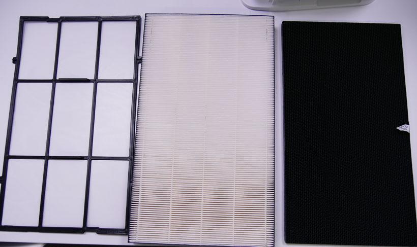 ↑フィルターは3層構造。左からホコリをキャッチするプレフィルター、静電HEPAフィルター、ニオイを吸着する脱臭触媒