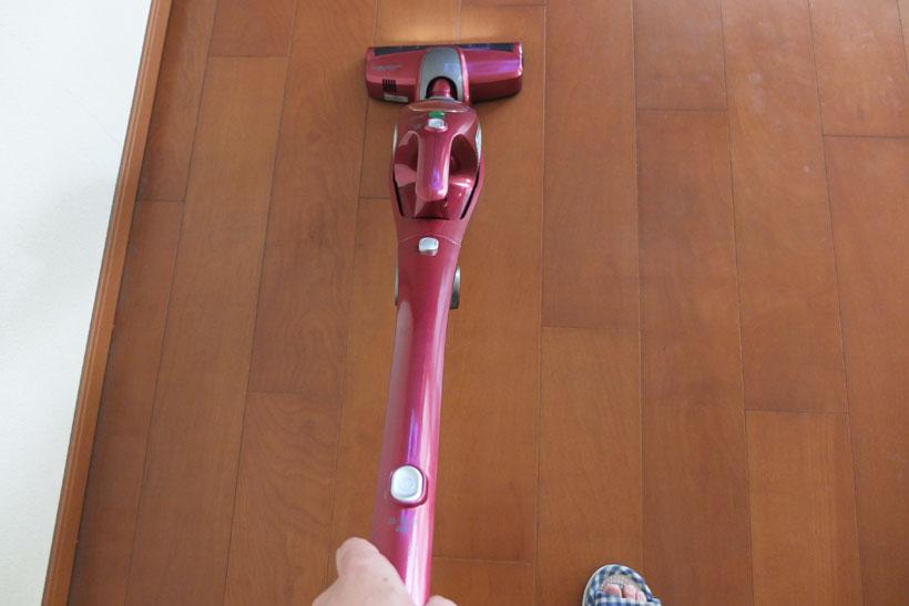↑自走式ヘッドのブラシの回転で掃除機が勝手に前に進む感覚。掃除機の前進に身を任せる感覚で掃除すると、しっかりと集じんできました。ちなみに、うしろに引き戻すときに余計に力が必要ということはありません