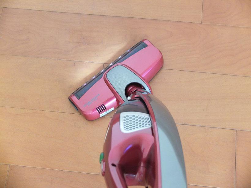 ↑取っ手を軽くひねるだけで、スムーズに方向転換できます。ですが、細かい動きが苦手なため、椅子の脚回りをサッと掃除するといった使い方はやや不向き