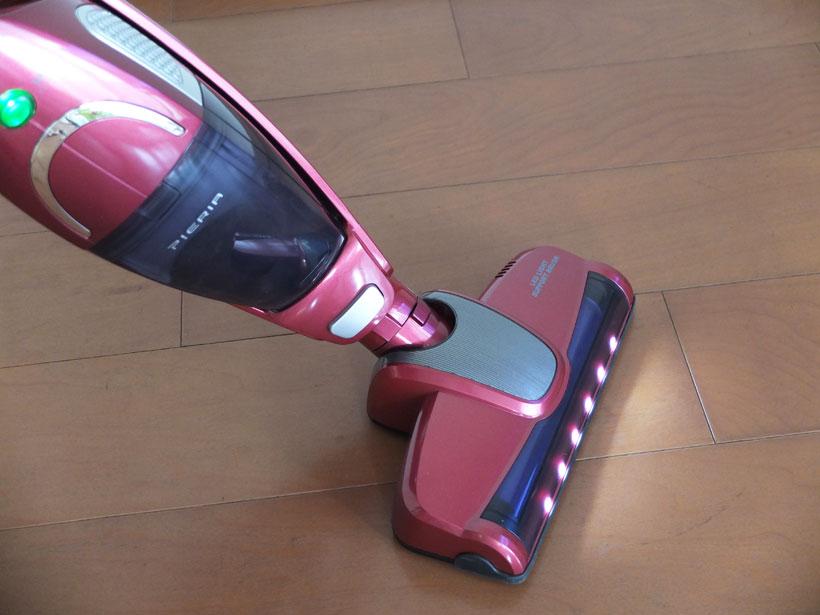 ↑ヘッド全面にLEDランプを6個搭載。暗くてホコリの有無が判別しにくい場所の掃除に大いに役に立ちます。なお、LEDランプの消灯スイッチはなく、走行中は常に点灯しています