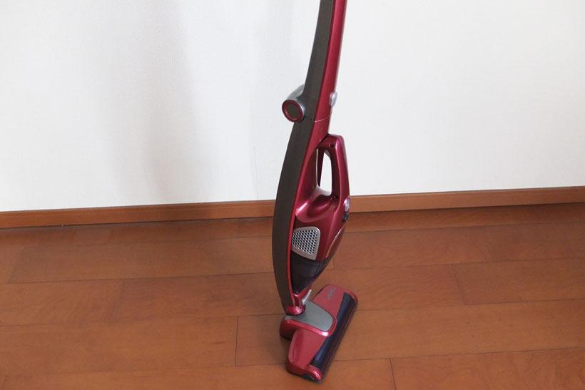 ↑幅広のヘッドと低重心構造により、スタンドなしでの自立が可能。掃除中にちょっとモノを動かしたいときなどに重宝します。ちなみに電源を入れたまま自立させると、自走してしまうので要注意