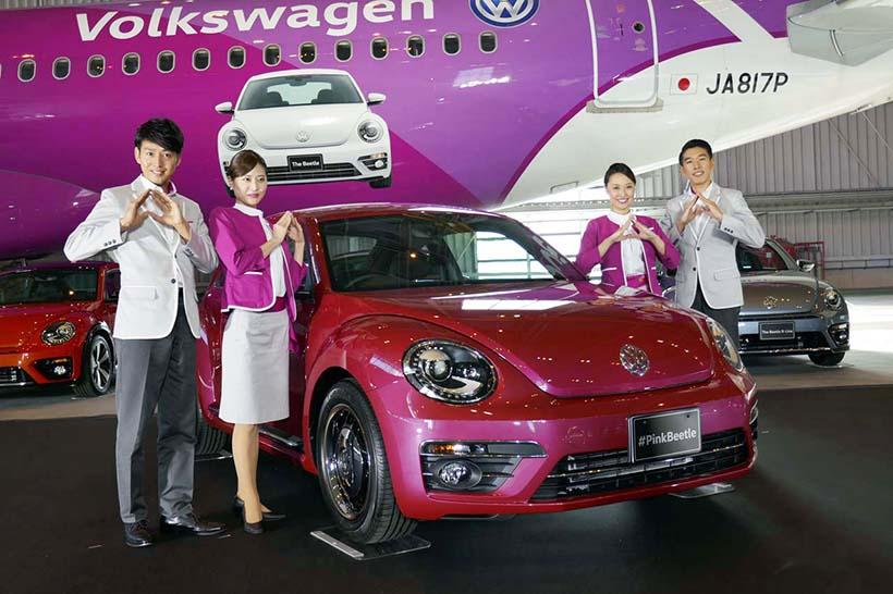 発表された「#PinkBeetle」の限定車とピーチの客室乗務員。手はピーチの形を象っている