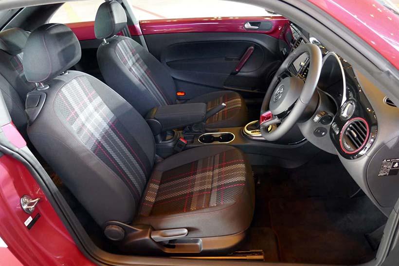 ↑シートはGTIを彷彿させるタータンチェックで、ラインにピンク色をアレンジ