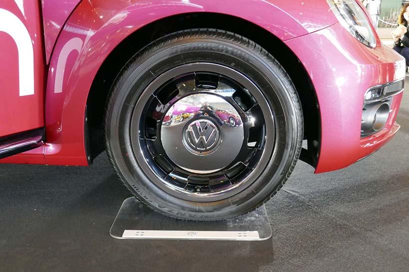 ↑タイヤは215/55 R17で、ブラック塗装とメッキ仕上げカバーの専用アルミホイールを組み合わせる