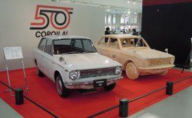 """トヨタ「カローラ」が50年も愛されるワケ――時代に即した""""プラスα""""で進化を続ける""""マイカー史""""の生き字引"""