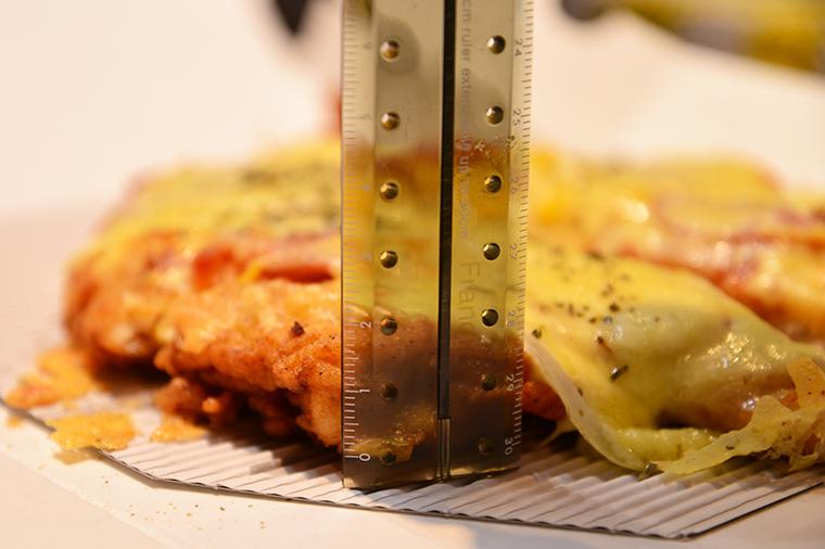 ↑ムネ肉を薄く開いて大きい一枚肉にしているのかと思いきや、厚さは約2cmと食べごたえも抜群!