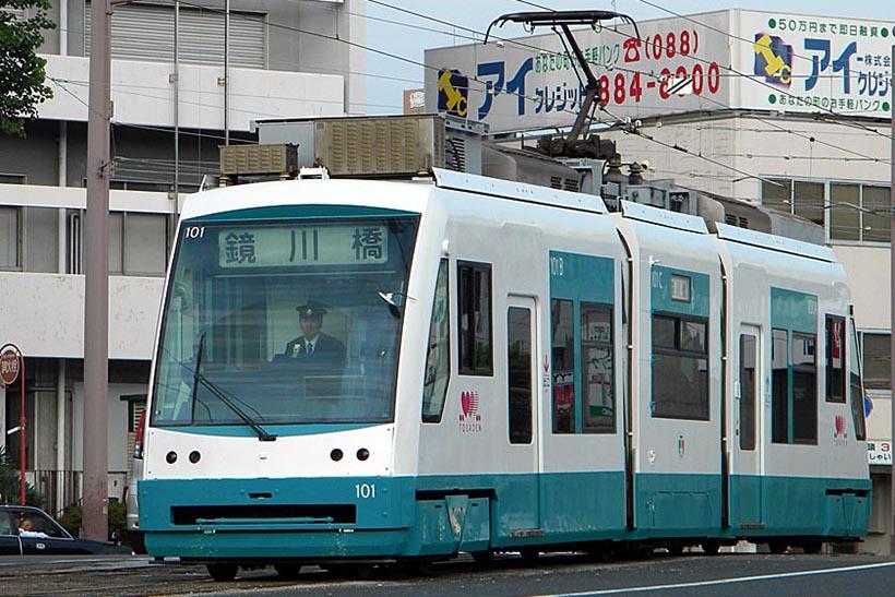 ↑現在は1車両のみの超低床電車の100形。とさでん交通の電車では希少な存在となっている