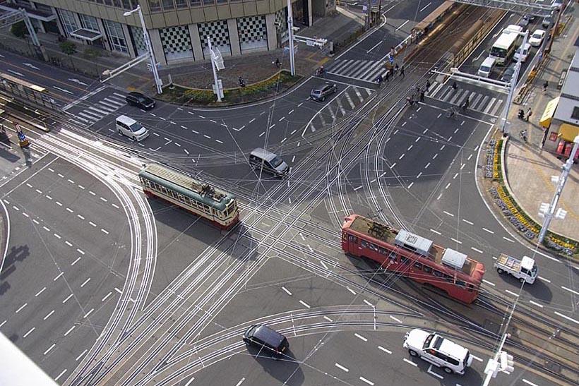 ↑はりまや橋交差点にあるダイヤモンド・クロッシング。上空から見るとこのような光景になる