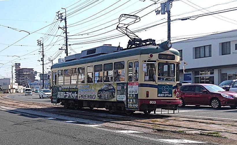 ↑高知市内の併用軌道区間を走る800形。山口県下関市を走った元山陽電気軌道の車両だ