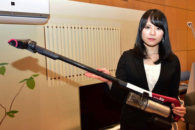 ↑女性でも負担なく持てる重さ。とにかく軽くて操作しやすい掃除機がほしい人にオススメです