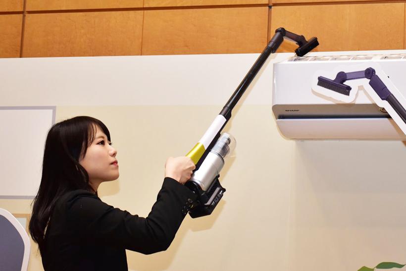 ↑はたきノズルを使用。エアコンの上にもノズルが届き、楽に掃除できます