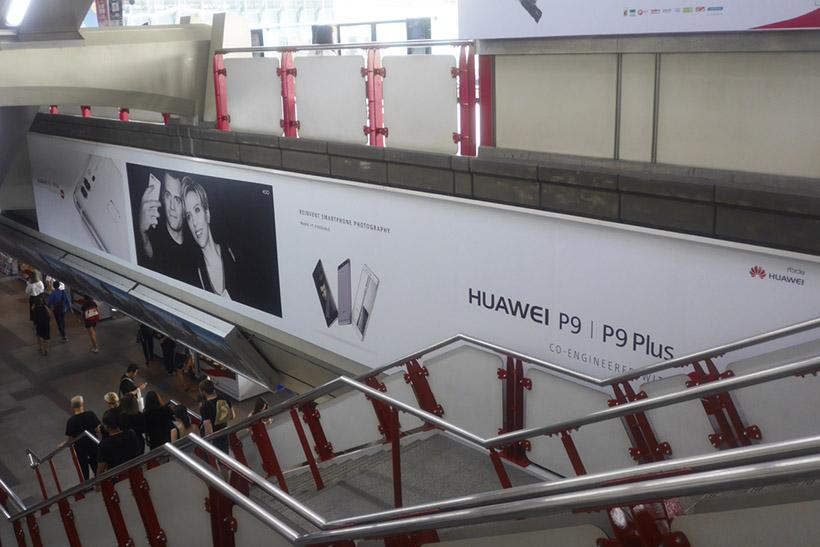↑新興国でも街中にはP9の広告であふれている(バンコク)