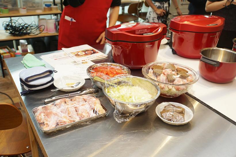 ↑こちらは「チキンと野菜のカレー(無水調理)」の食材。野菜(トマト、タマネギ、セロリなど)とお肉(鶏の骨付き肉)、カレールーを入れてセットしてスタートするだけの簡単調理