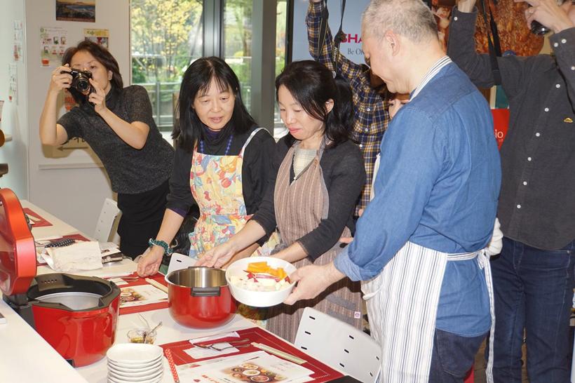 ↑蒸し野菜(にんじん、レンコン、サツマイモ)をホットクックにセットして調理スタート