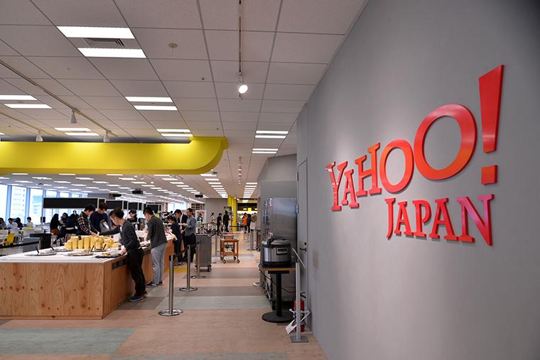 ↑Yahoo! JAPANのオフィス内にある社員食堂。うらやましいほど充実した設備とフードがそろっています