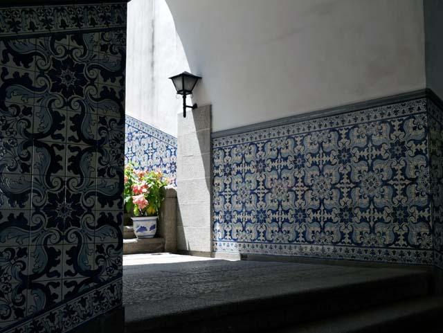 ↑セナド広場と道路を挟んだ反対側にある民政總署の壁面には、ポルトガル製陶磁器で作られたタイルが使われている。陽が当たった部分と陰となった部分の明暗差も鮮明に映し出した(LUMIX G VARIO 12-60mm/F3.5-5.6使用、ISO200、1/200秒、F6.3、補正なし)