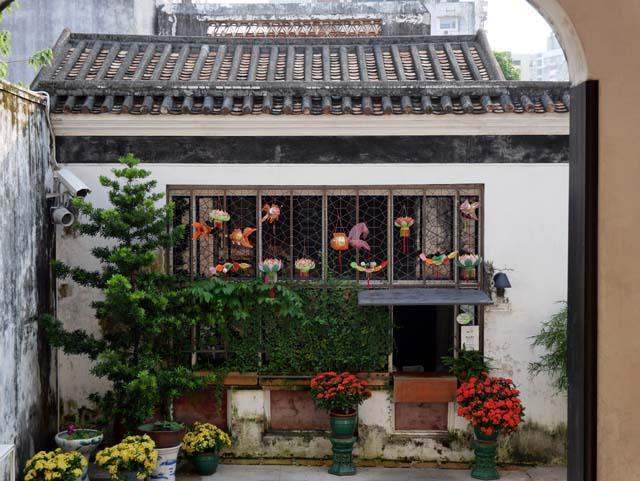 ↑ポルトガル統治時代に建てられた民家。精細感を最も感じられたのがこのカット。屋根の瓦の一枚一枚が鮮明で、窓枠の飾り付けから植栽の色合いも含め申し分のない描写力だ。(LUMIX G VARIO 12-60mm/F3.5-5.6使用、ISO200、1/125秒、F5.6、-0.3補正)