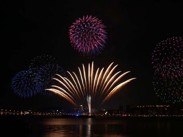 ↑中秋節前後に毎年開催されるマカオ国際花火ディスプレイコンテスト。写真は見事優勝を果たした日本の花火。三脚を使用してアンダーへ補正を加えて2秒ほど露光。(LUMIX G VARIO 12-60mm/F3.5-5.6使用、ISO200、2秒、F11、-2補正)
