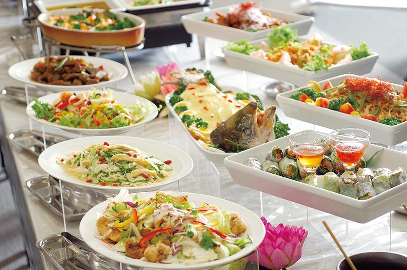 ↑ホテルのレストランを思わせる料理を出す施設も(バリ風天然温泉 スパ・リブールヨコハマのランチブュッフェ)