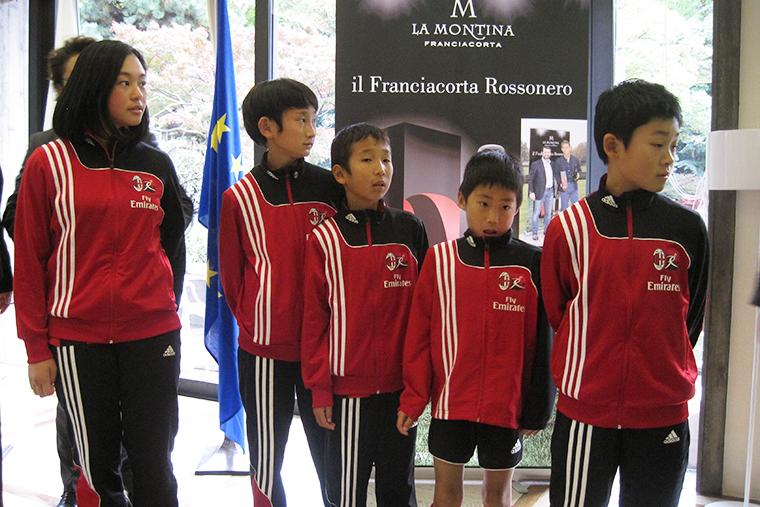 ↑サッカースクールの通う子どもたち。このなかから、第2の本田圭祐選手が誕生するかもしれない