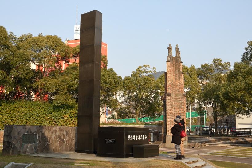 ↑松山町電停のすぐ近く、原爆公園内に原子爆弾落下中心地碑が立つ。訪れる人が絶えない
