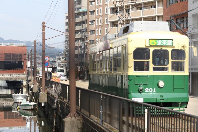 ↑1950(昭和25)年に造られた201形電車。この時代の車両がいまも元気に街中を走っている