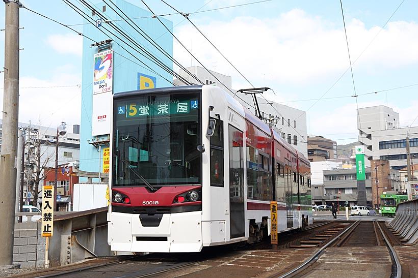 ↑5000形は2011年に導入された最新車両。長崎電気軌道にとって3000形に続く2形式目の低床車だ