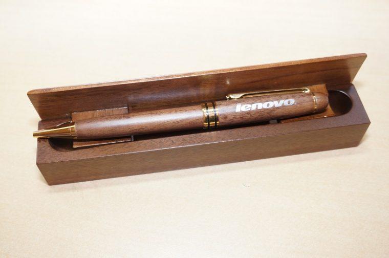 ↑最下位でフィニッシュした我々に授与された参加賞は、Lenovoのロゴが輝く木製ボールペンでした。ありがとうございます!