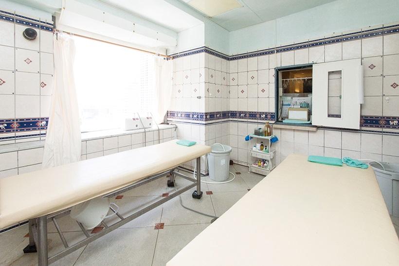 ↑あかすりコーナーは浴室に併設されている。基本的に別料金で、利用するには予約が必要
