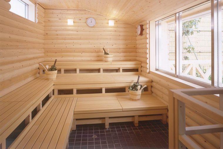 ↑ヴィヒタが常備される神戸サウナ&スパのフィンランドサウナ。フレッシュヴィヒタは特に香りが爽やかだ
