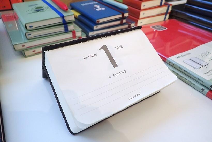 ↑斜めに観やすく自立する日めくりカレンダーに変形! 1ページ中に日付が大きく入り、下に数行のメモ欄があるのみ