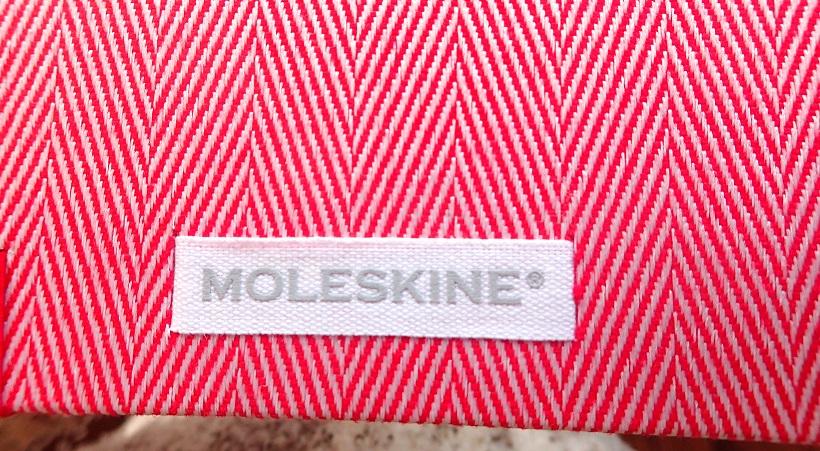 ↑裏表紙には、洋服のタグを意識したネーム入り。この遊び心がモレスキンっぽい