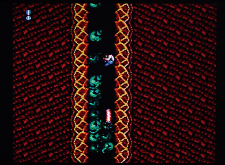 ↑鬼門の7面は、エイリアンの巣くう 洞窟に潜入! ひたすら下へと降りて いく。この面では、フジタもお気に入 りのジャンプ下撃ちが力を発揮する