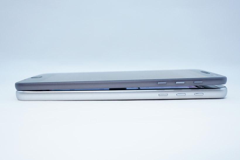 ↑厚さ比較。Moto Z(上)とMoto Z Play(下)。厚さはややMoto Z Playのほうが厚くなっています