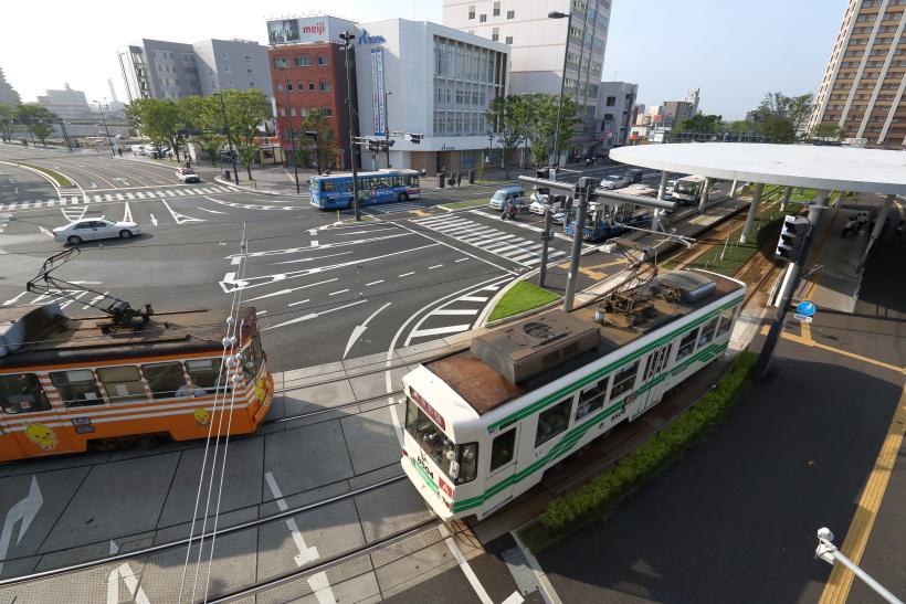↑熊本の中心街へはJR熊本駅からは熊本市電の利用が便利だ。市電に乗車すれば約15分の距離