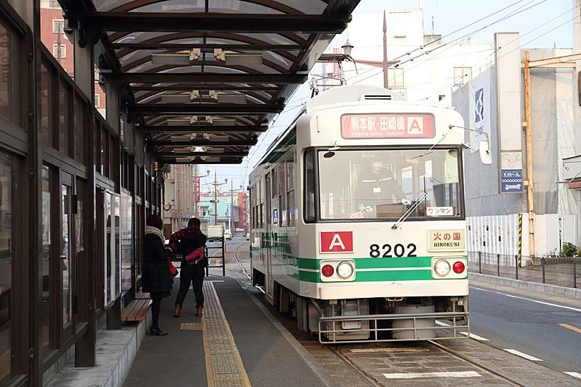 ↑日本初のVVVFインバータ制御を採用した8200形。8202号車が終点の健軍町電停に到着した