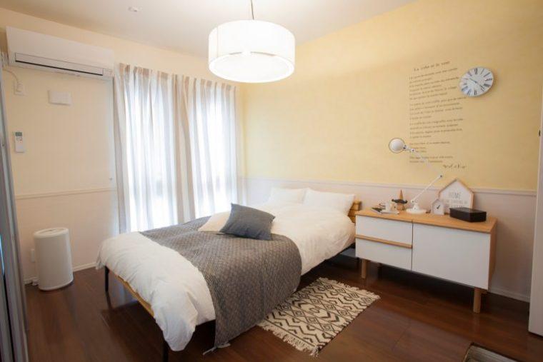 ↑イエローの壁を生かした心地よいベッドルーム。高めのベッドやチェストを選んだのは、犬が上っていたずらしないための工夫でもあります