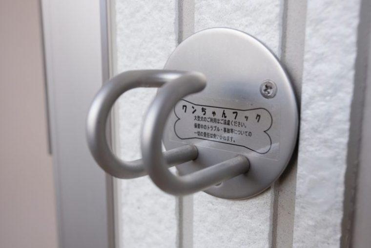 ↑部屋の屋外玄関ドア脇には全戸にリード用フックを設置。外出前後のちょっとした身支度にも、とっても重宝します