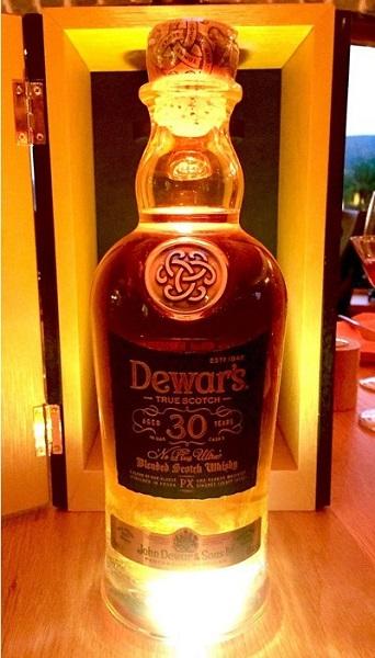 ↑ウイスキーの入門編として最適なブレンデッドだが、なかには「腰を抜かす」くらい美味いものも。「デュワーズ30年ネプラスウルトラ」はまさにそんな一本